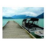 Barco y muelle en el lago postales