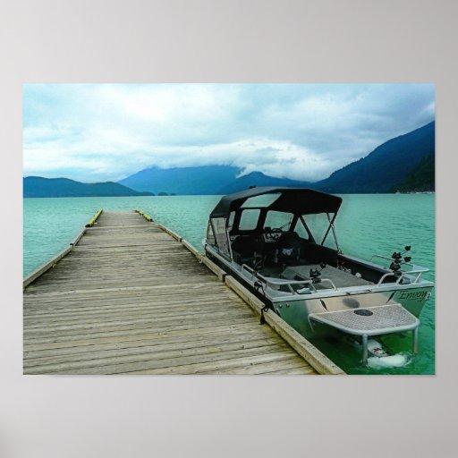 Barco y muelle en el lago poster