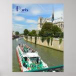 Barco y Notre Dame del viaje del río de París Póster