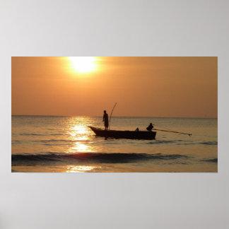 Barco y puesta del sol de pesca poster