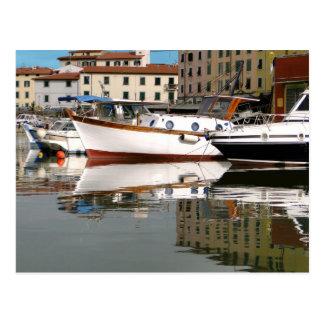 Barcos a lo largo del canal postal