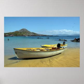 barcos amarillos en la playa irlandesa de oro posters