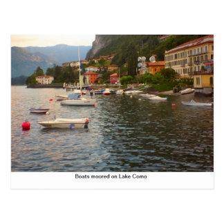 Barcos amarrados en el lago Como Postal