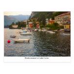 Barcos amarrados en el lago Como Postales