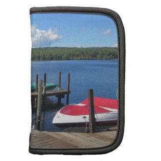 Barcos atracados en el lago hermoso organizadores