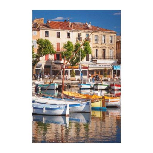 Barcos coloridos en el pequeño puerto impresion de lienzo