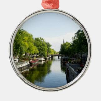 Barcos de casa en el canal de Amsterdam