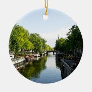 Barcos de casa en el canal de Amsterdam Adorno Navideño Redondo De Cerámica