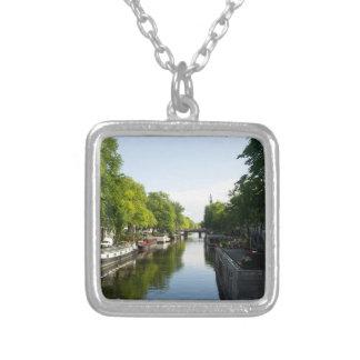 Barcos de casa en el canal de Amsterdam Colgante Cuadrado