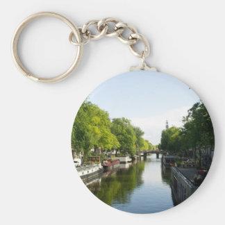 Barcos de casa en el canal de Amsterdam Llavero Redondo Tipo Pin