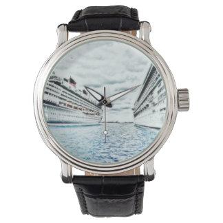 Barcos de cruceros en el recuerdo tropical de las relojes de mano