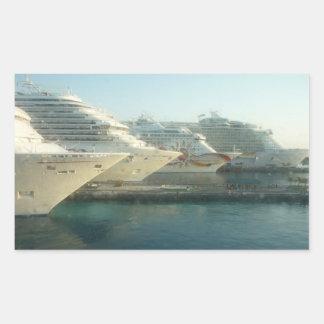 Barcos de cruceros en la salida del sol pegatina rectangular