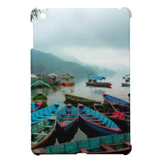 Barcos de fila coloridos en el lago Phewa en