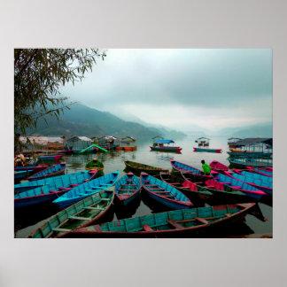 Barcos de fila coloridos en el lago Phewa en Póster