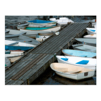 Barcos de fila en la postal del muelle