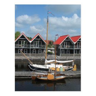 Barcos de Fryslan y postal de las casas del canal