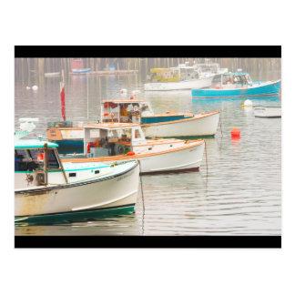 Barcos de la langosta en el puerto bajo, isla postales