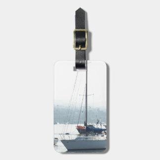 Barcos de los veleros del puerto que navegan el etiquetas maletas