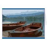 Barcos de madera en el lago sangrado, Eslovenia Felicitacion
