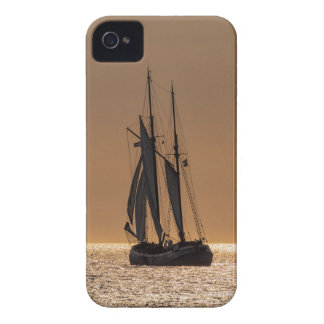 Barcos de navegación en la orilla del mar Báltico Carcasa Para iPhone 4