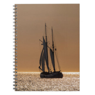 Barcos de navegación en la orilla del mar Báltico Cuaderno