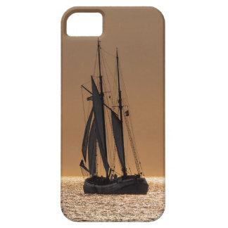 Barcos de navegación en la orilla del mar Báltico Funda Para iPhone SE/5/5s