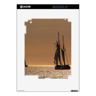 Barcos de navegación en la orilla del mar Báltico iPad 2 Skin