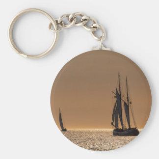Barcos de navegación en la orilla del mar Báltico Llavero Redondo Tipo Pin