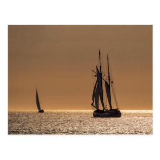Barcos de navegación en la orilla del mar Báltico Postal