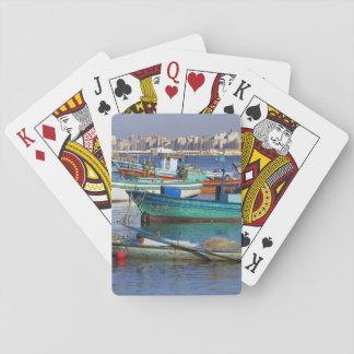 Barcos de pesca coloridos en el puerto de cartas de póquer