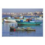 Barcos de pesca coloridos en el puerto de cojinete
