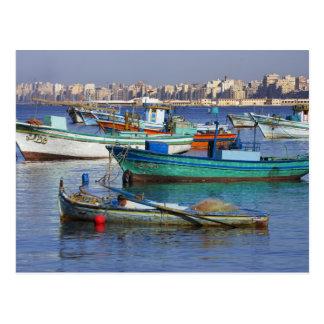Barcos de pesca coloridos en el puerto de tarjetas postales