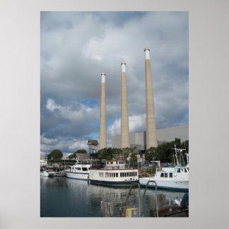 Barcos de pesca de la bahía de Morro y chimeneas Póster
