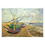 Barcos de pesca de Van Gogh en la playa en Saintes Mantel