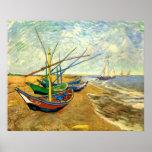 Barcos de pesca de Van Gogh en la playa en Saintes Posters
