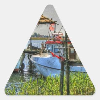 Barcos de pesca en la isla de Ruegen Pegatina Triangular