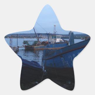 Barcos de pesca en la oscuridad pegatina en forma de estrella