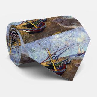Barcos de pesca en la playa corbata