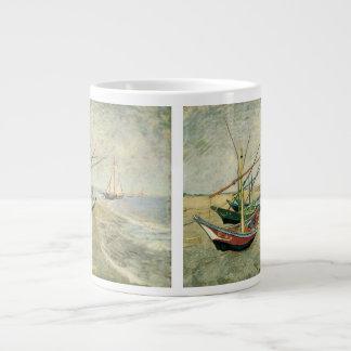 Barcos de pesca en la playa de Vincent van Gogh Tazas Extra Grande