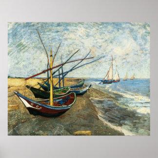 Barcos de pesca en la playa en los Santos-Maries Póster