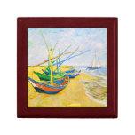 Barcos de pesca en la playa en Saintes-Maries Cajas De Recuerdo