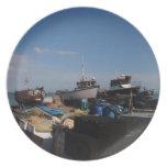 Barcos de pesca en la playa plato para fiesta
