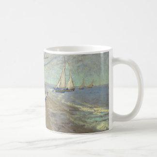 Barcos de pesca en la playa taza de café