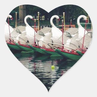 Barcos del cisne de los jardines públicos de pegatina en forma de corazón