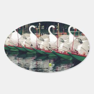 Barcos del cisne de los jardines públicos de pegatina ovalada
