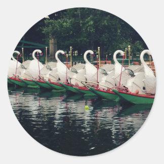 Barcos del cisne de los jardines públicos de pegatina redonda