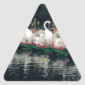 Barcos del cisne de los jardines públicos de pegatina triangular