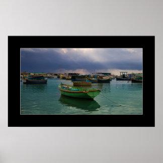 Barcos del pueblo pesquero Marsaxlokk en Malta Póster
