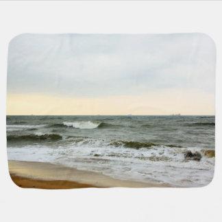 Barcos en el mar y olas en la orilla de la playa mantas de bebé