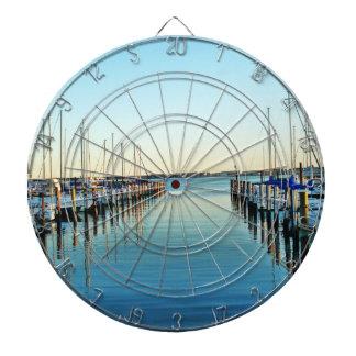 Barcos en el puerto deportivo tablero de dardos